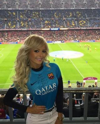 Jhenny Andrade vai ao Camp Nou assistir Neymar (Foto: Reprodução/Instagram)