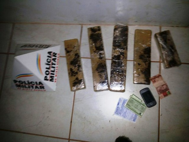 Maconha estava na mochila de adolescente (Foto: Polícia Militar/Divulgação)