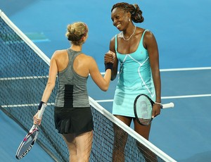 Venus Williams cumprimenta a francesa Mathilde Johansson após vitória no tênis Copa Hopman (Foto: Getty Images)