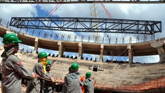 Mangueirãozinho - içamento de viga do telhado (Foto: Marivaldo Pascoal/Divulgação)