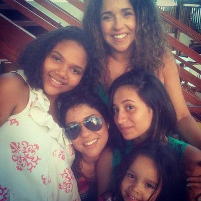 Daniela Mercury e Malu Verçosa com as filhas: Alice, de branco, Márcia, de verde, e a caçula, Isabel (Foto: Arquivo pessoal)