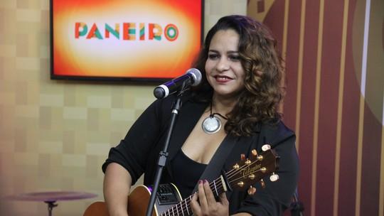 Nelly Miranda mostra suas diferentes faces e solta a voz no 'Paneiro'