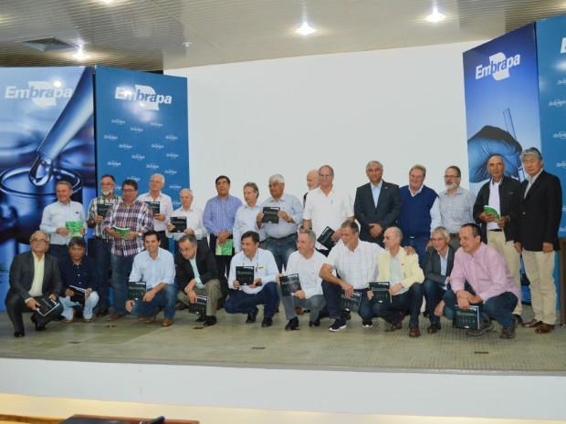 Pesquisadores, gestores e produtores homenageados em evento sobre ILP da Embrapa Agropecuária Oeste (Foto: Anderson Viegas/Do G1 MS)