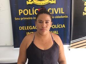 Acusada de tráfico de drogas foi levada para cadeia (Foto: Polícia Civil/ divulgação)
