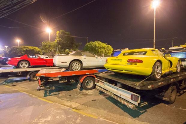 Carros de luxo que teriam sido importados ilegalmente foram apreendidos em Araçariguama (SP) (Foto: Nivaldo Lima/Futura Press/Estadão Conteúdo)