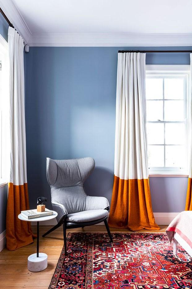 Décor do dia: Quarto azul claro ganha personalidade com cortina bicolor (Foto: Tom Ferguson)