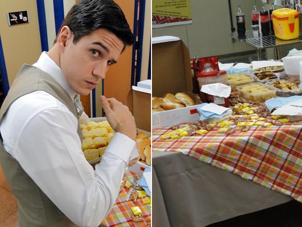 Marco Pigossi não largou o delicioso bolo de aipim (Foto: Gabriela / TV Globo)