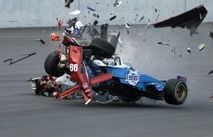 Descrição da imagem: carro de Alex Zanardi é atingido em cheio por de Alex Tagliani em prova da Indy em 2001 (Foto: Getty Images)