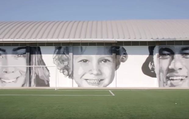 BLOG: Artista plástico homenageia família de Neymar no instituto do craque; veja vídeo