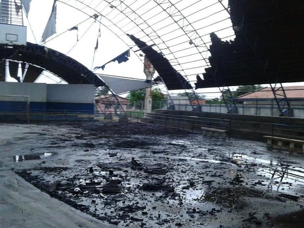 Parte do teto do ginásio de Nova Olinda ficou destruída (Foto: Divulgação/Corpo de Bombeiros)