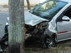 Carro bate em árvore e motorista fica ferido em Campos, no RJ