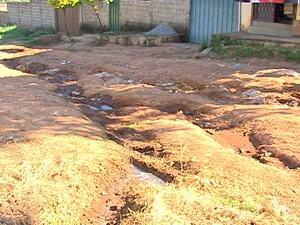 Moradores convivem com esgoto na porta das casas (Foto: Reprodução/TV Integração)