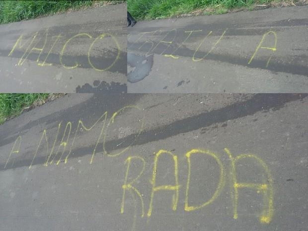 Pichação foi encontrada a poucos metros do local do crime (Foto: Divulgação/RBS TV)