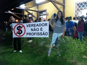 Moradores de Campo do Tenente se revoltam com aumento salarial proposto por vereadores (Foto: Murilo Basso/G1)