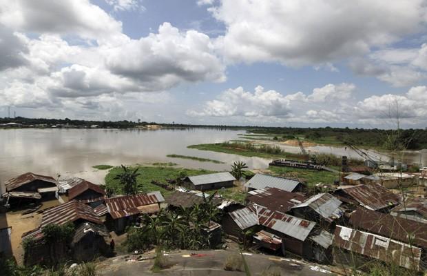 Casas submersas na comunidade Patani, no estado Delta, em imagem de outubro deste ano (Foto: Afolabi Sotunde/Reuters)