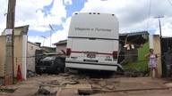 Ônibus desgovernado destrói casa em São Sebastião