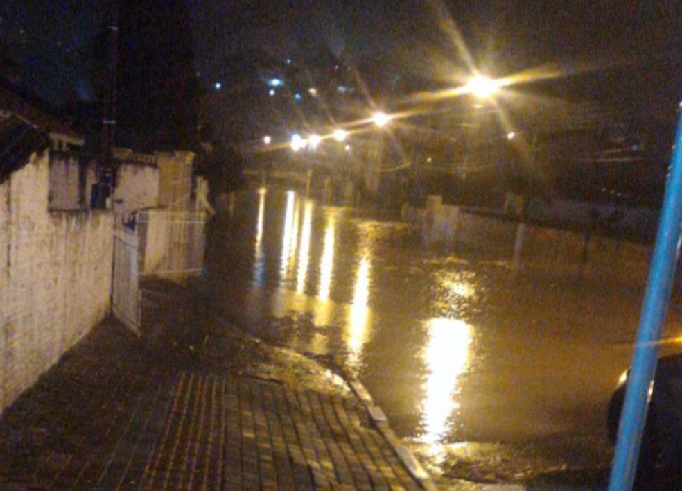 Chuva forte deixou ruas alagadas em Lages neste domingo (4) (Foto: Wilson Pereira)