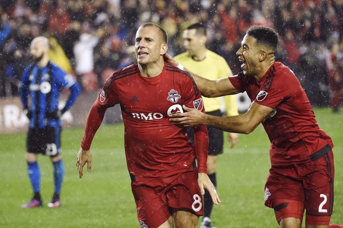 Benoit Cheyrou comemora gol do Toronto FC com Justin Morrow (Foto: Nathan Denette/The Canadian Press via AP))