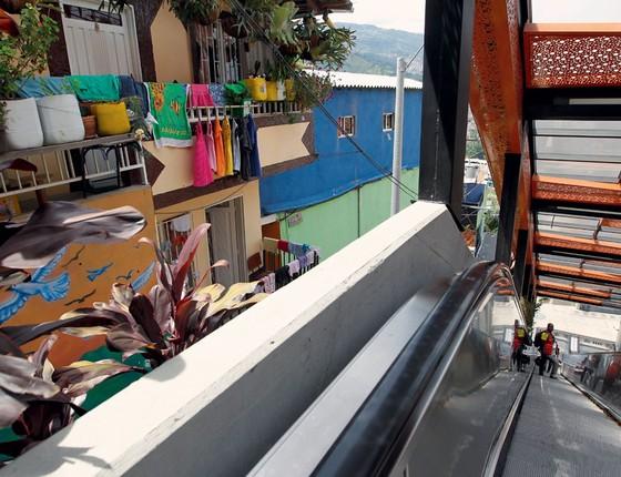 Acesso a moradores da favela prefeitura instalou escada rolantes para reduzir o desconforto de quem mora na favela  Comuna 13 (Foto:   Fredy Builes / Reuters)