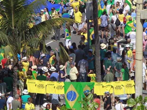 """Manifestantes fizeram varal com camisa escrito 'Fora Dilma"""" (Foto: Rodrigo Gorosito / G1)"""