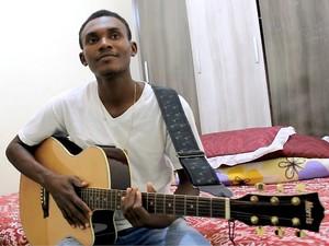 Bladimir Jean está há 3 anos em Manaus e sonha em ser um artista famoso (Foto: Indiara Bessa/G1 AM)
