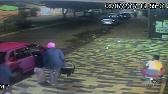 Vídeo mostra momento em que mãe e filhos são abordados por assaltantes dentro de carro