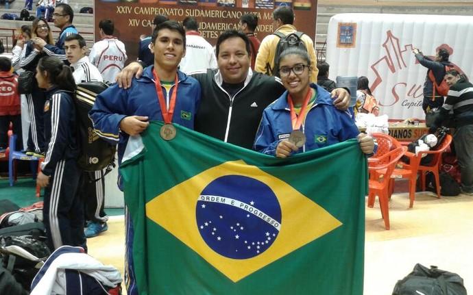 Jhonatan Taíra e Yanne Vasques com o sensei Arani Franco de Jesus (Foto: Divulgação)