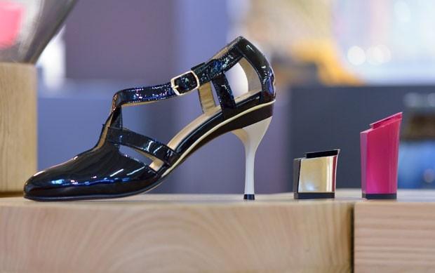 A designer canadense Tanya Heath criou um sapato de salto alto em que é possível trocar o salto, criando diferentes modelos. A novidade foi apresentada em setembro em Paris, na França. (Foto: Eric Feferberg/AFP)