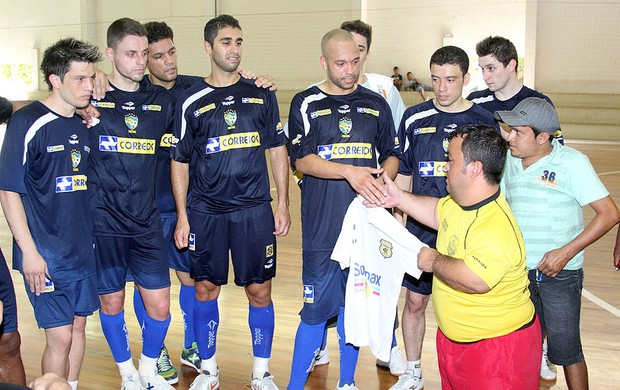 Time de anões visita treino da seleção brasileira de futsal (Foto: Divulgação)