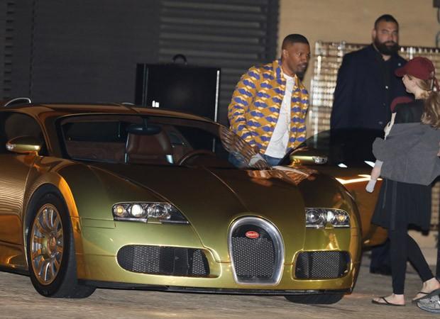 Jamie Foxx com Bugatti dourado de 2 milhões de dólares (Foto: Grosby Group)
