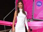 Look do dia: Alessandra Ambrósio arrasa em vestido branco sequinho