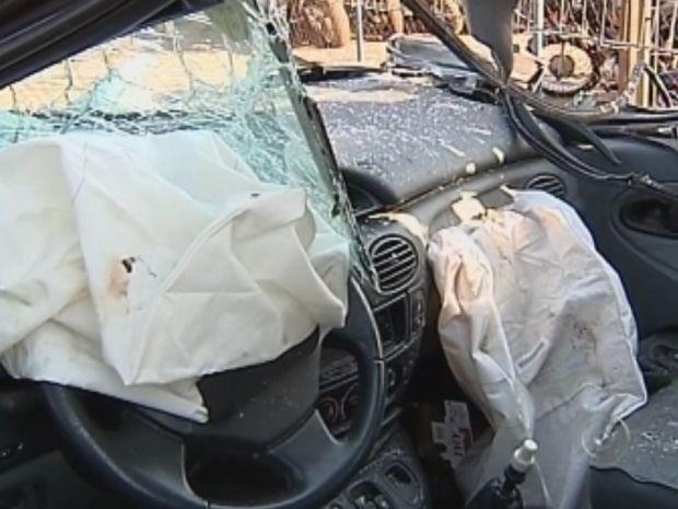 Familiares acreditam que pai pode ter batido a cabeça no acidente, devido aos estragos do carro.  (Foto: reprodução/ TV Tem )