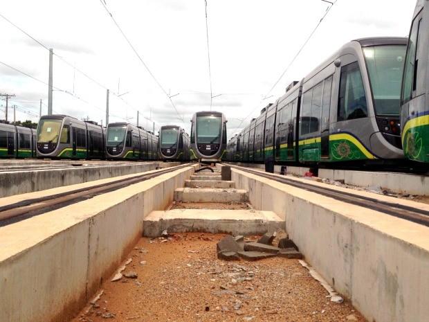 Vagões do VLT estão parados no futuro centro de manutenção do modal, em Várzea Grande, região metropolitana de Cuiabá. (Foto: Leandro J. Nascimento / G1)