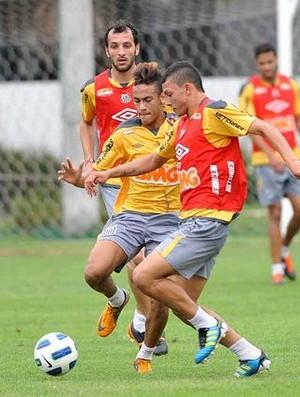 Alison divide bola com Neymar em treino do Santos (Foto: Divulgação/Santos FC)