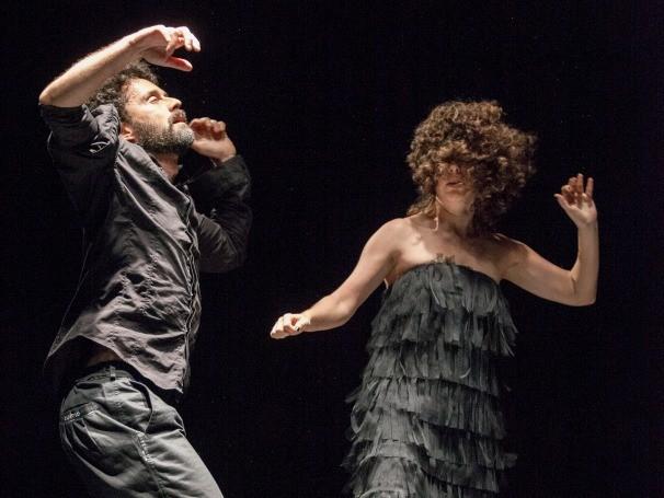 Espetáculo reforça a fala, a música, o corpo ou a luz de maneiras variadas (Foto: Divulgação)
