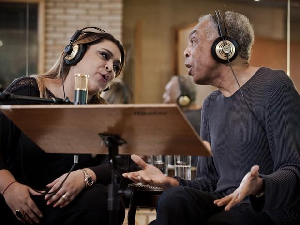 Preta Gil e o pai foram os primeiros a gravar o novo jingle da campanha 'Ser diferente é normal' (Foto: Divulgação / Marcos Michael)