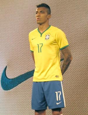 camisa Seleção Brasileira apresentação Luiz Gustavo (Foto: Cintia Barlem)
