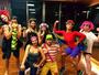 Juliana Paes faz aula de ginástica com fantasia de arara