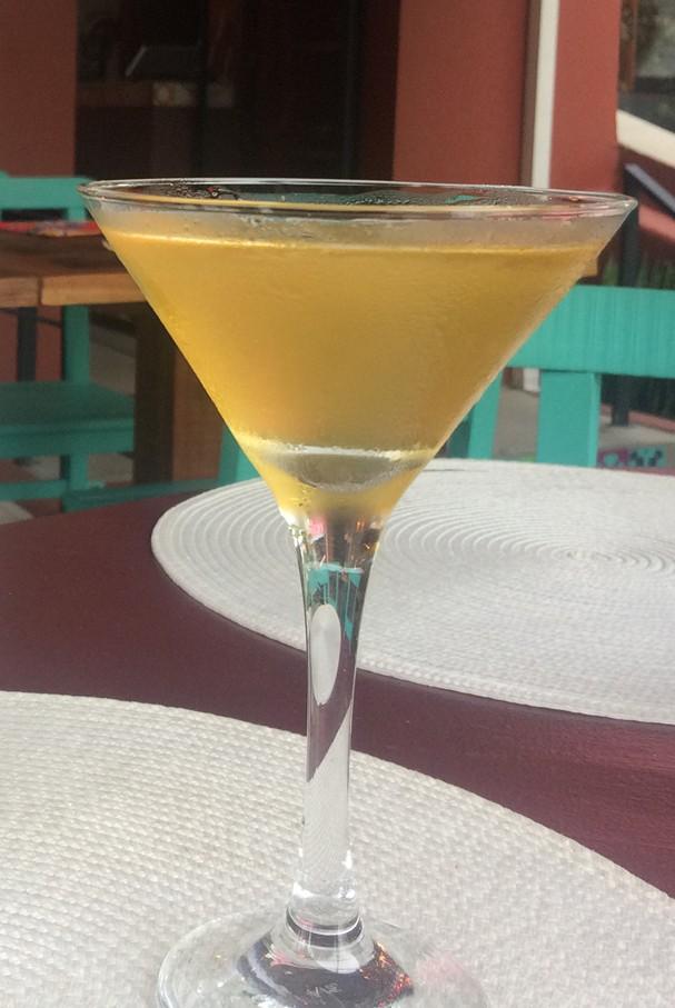 Drinks com cachaça: aprenda duas receitas com frutas perfeitas para o verão
