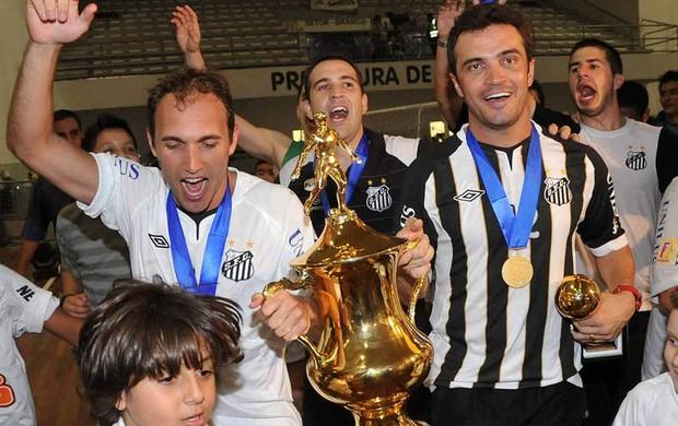 Falcão e Pixote comemoram o título da Liga Futsal do Santos (Foto: Ivan Storti/Santos FC)