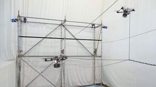Drones constroem ponte de cordas que pode ajudar em resgates. (Foto: BBC)