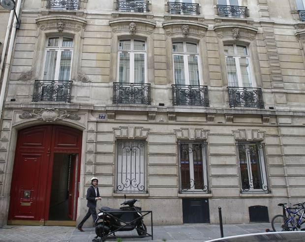 Fachada do prédio que abriga os escritórios do ex-presidente francês Nicolas Sarkozy é vista nesta terça-feira (3) em Paris (Foto: AP)