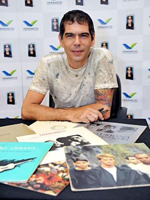 Dado Villa-Lobos e LPs da Legião Urbana (Foto: André Zímmerer/Divulgação)