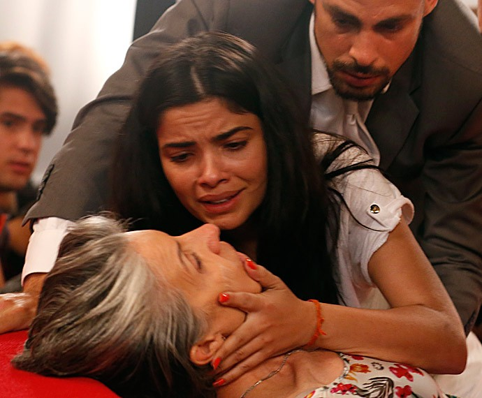 Toia socorre a mãe e chora de desespero (Foto: Ellen Soares/Gshow)