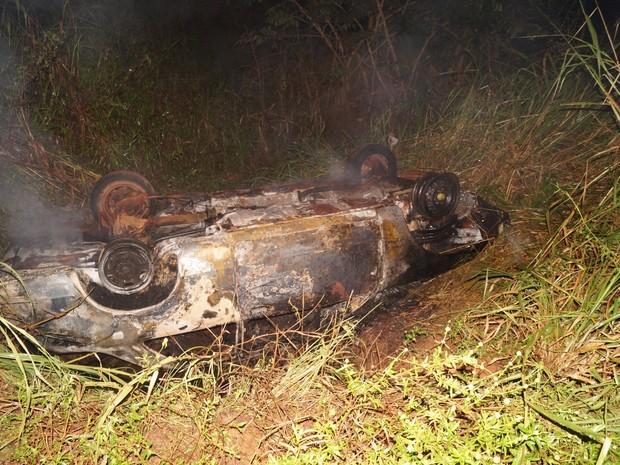Carro caiu após condutor dar marcha à ré (Foto: Alerta Rolim/Reprodução)