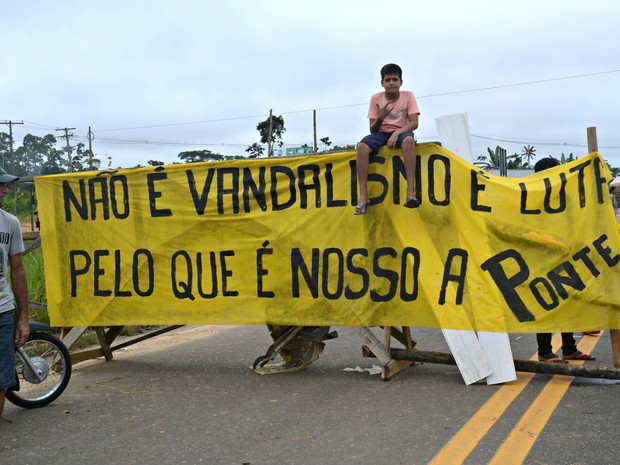 Moradores de Rodrigues Alves fazem bloqueio entre as duas cidades  (Foto: Anny Barbosa/G1)