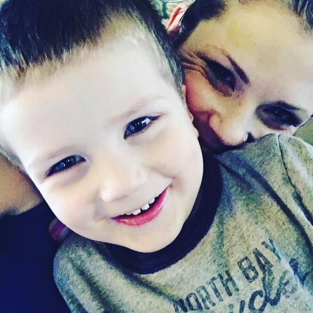 Ashley com o filho Titus (Foto: Reprodução/Facebook)