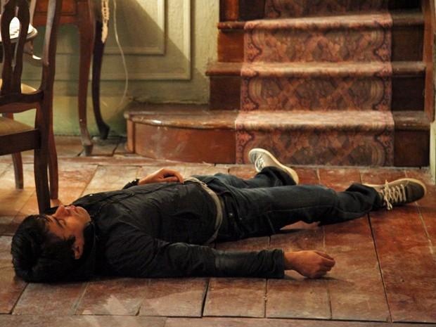 Fernando cai da escada, mas não morre (Foto: Carol Caminha/GShow)
