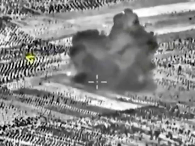 Captura de tela do site oficial do Ministério da Defesa da Rússia mostra ataque de aeronave na Síria (Foto: AP/ Imprensa do Ministério da Defesa da Rússia)