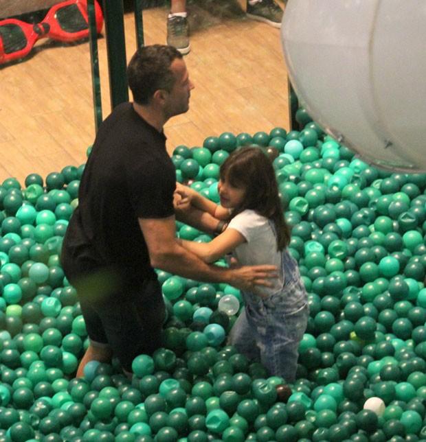 Malvino brinca com Sofia (Foto: AgNews / J. HUmberto)